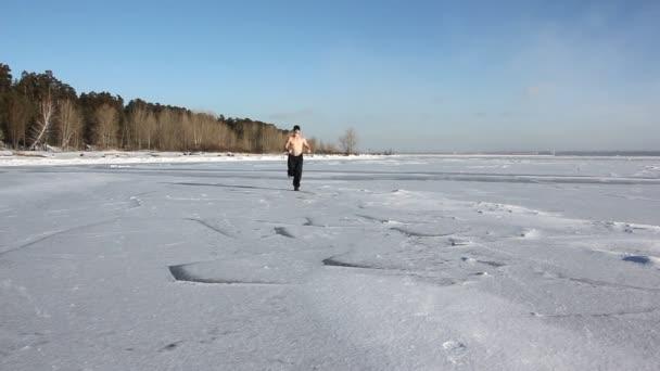 Muž Čepici Nahý Trup Ledu Zamrzlou Řeku Nádrž Rusko — Video ... f775f4501b