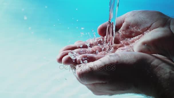 Voda proudí do dlaně muže - vysoká rychlost - 1000fps - Phantom Flex 4k -