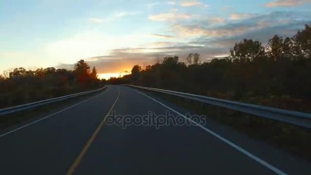Řídit auto místě perspektivy pohledu na silnici při západu slunce - tisíc ostrovů Parkway, Kanada. Gyroskop stabilizovat fotoaparát byl namontován na kapotu auta. Časová prodleva