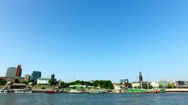 Hamburger Skyline - Blick aus einem Boot vorbei an Innenstadt, Hafen und Hafenstadt mit Elbphilharmonie.