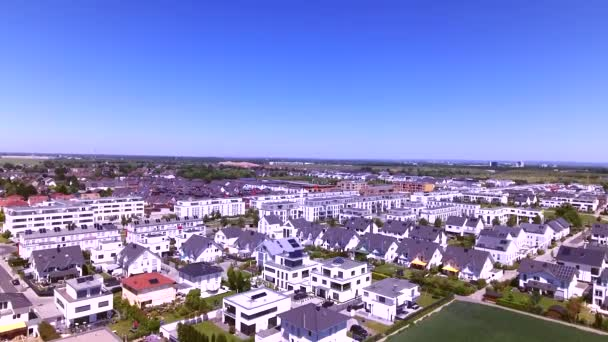 Légifelvételek sűrűn lakott terület közelében található, egy zöld városi település felett. A külváros, a sok családi házak, ikerházak, egy- és több családi házak, lakótömbök vagy a városi infrastruktúra