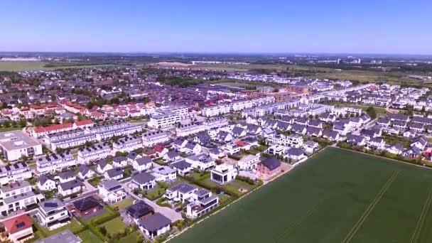 Légifelvételek sűrűn lakott terület közelében található, egy zöld városi település felett. A külváros, a sok családi házak, ikerházak, egy- és több családi házak, lakótömbök vagy a városi infrastruktúra.