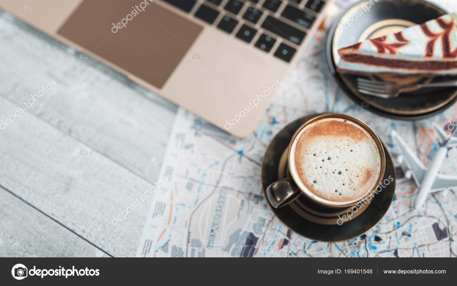 Kaffeetassen Notebooks Flugzeug Kuchen Und Karten Befinden Sich