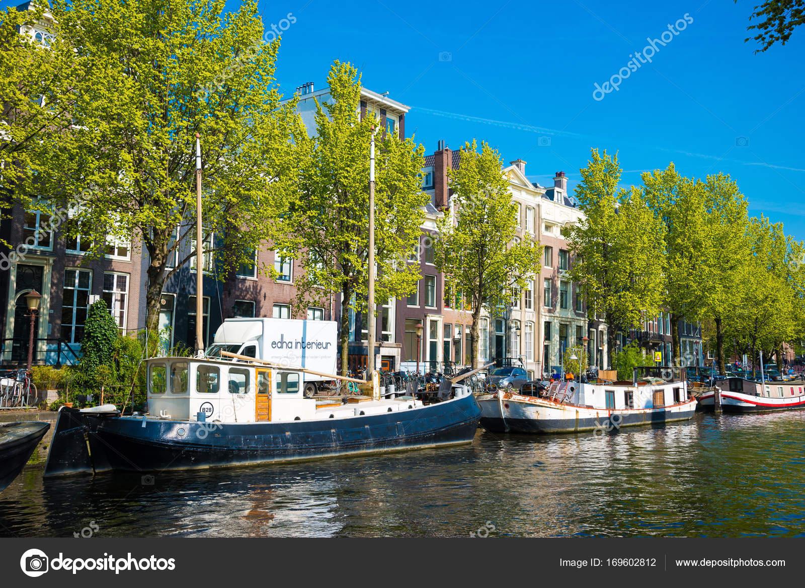 Kanal, Boote und Häuser in Amsterdam, Niederlande — Redaktionelles ...