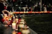 Dav lidí osvětlení svíčky