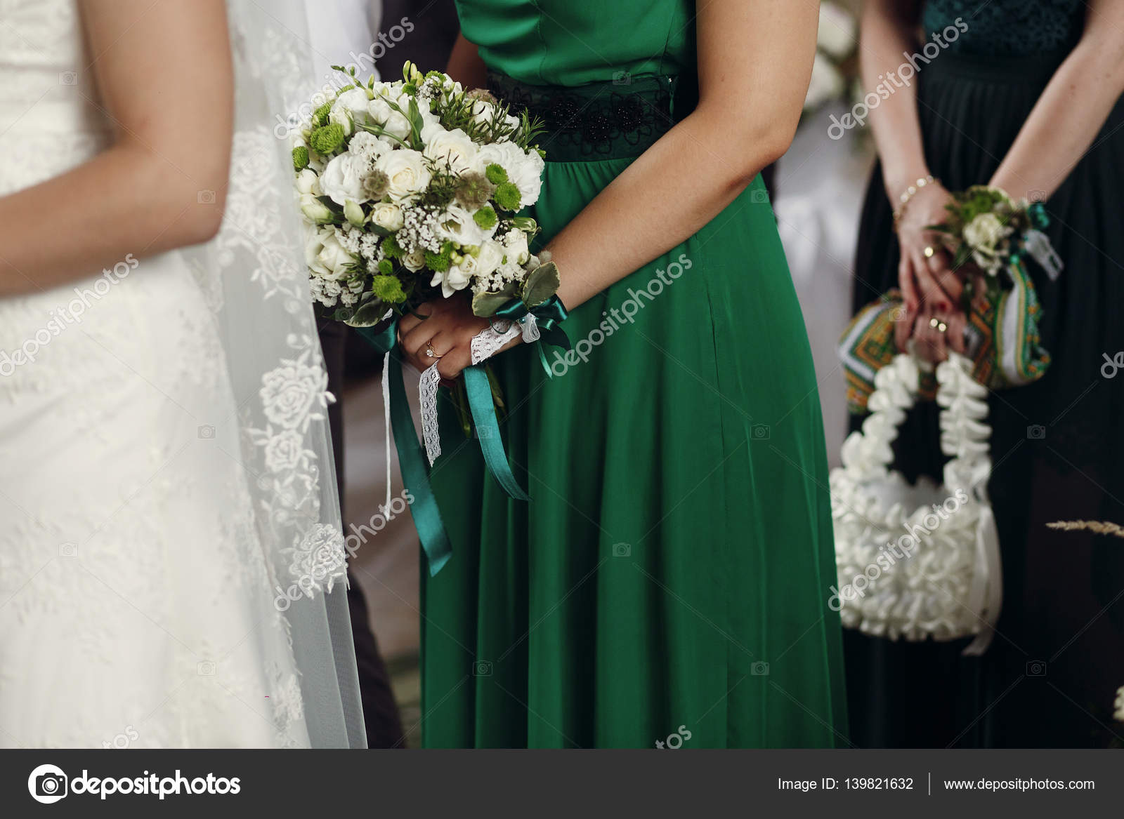 tenue de debout de demoiselle d'honneur mariage bouquet