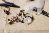 Fényképek kristály nyaklánc, a toll és a szárított virágok
