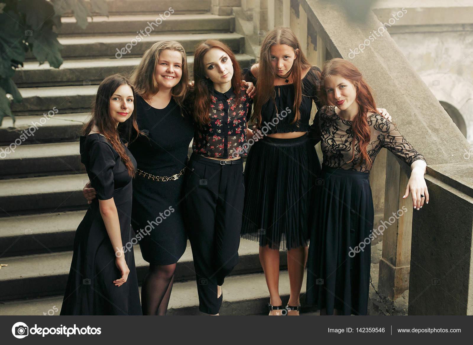 Chicas vestidas de negro