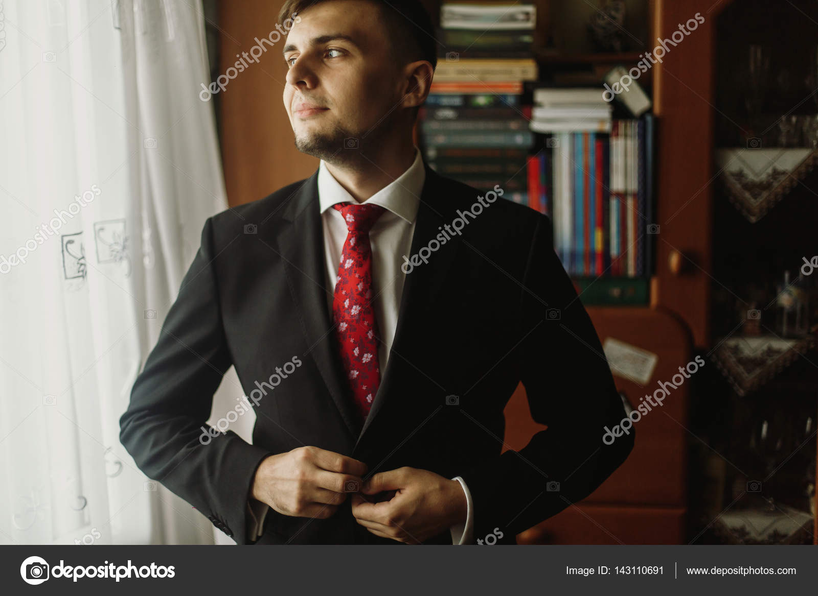 détaillant en ligne bf37e aced3 Beau marié en costume noir — Photographie Sonyachny © #143110691