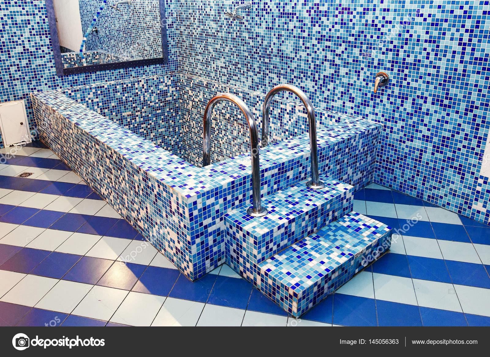 Luxury whirlpool bathtub — Stock Photo © Sonyachny #145056363