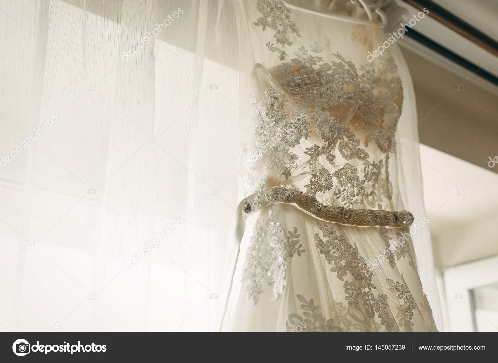 Kleid für die Braut auf Kleiderbügel — Stockfoto © Sonyachny #145057239