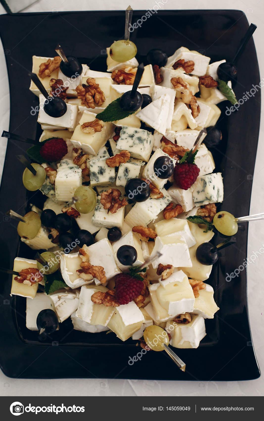 Греческий салат с козьем сыром