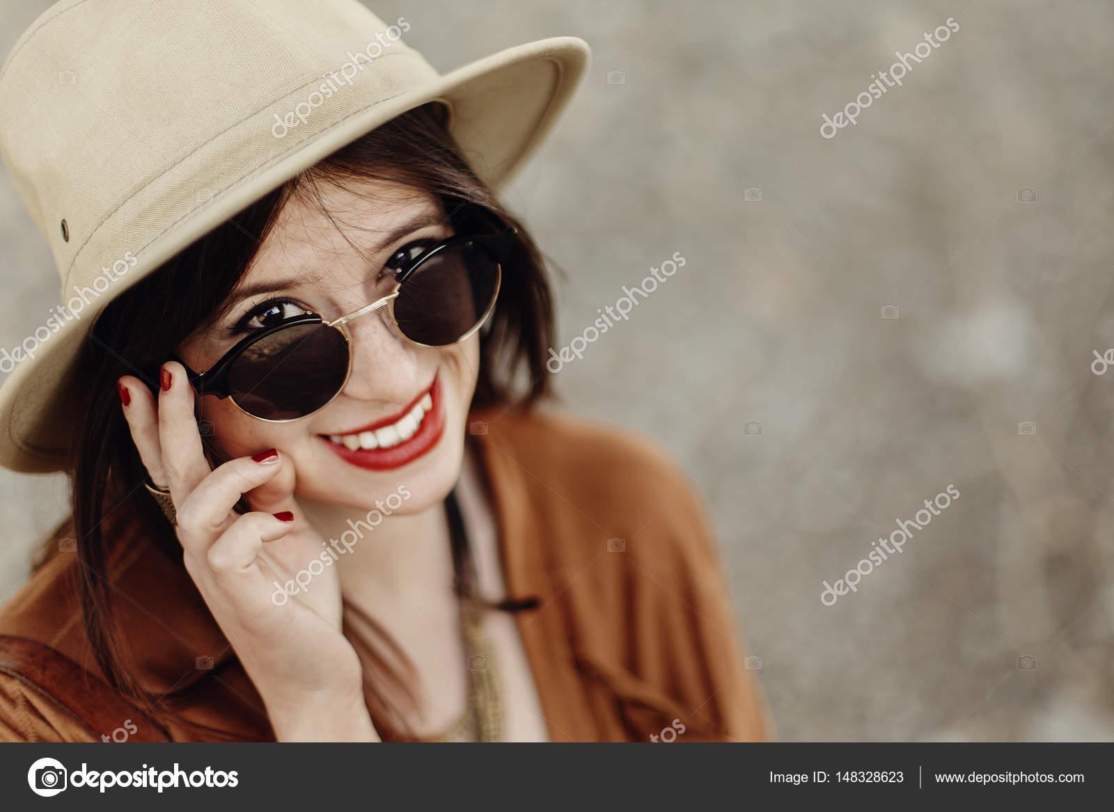 e805bd04dc53a2 ragazza in occhiali da sole e cappello di boho — Foto Stock ...
