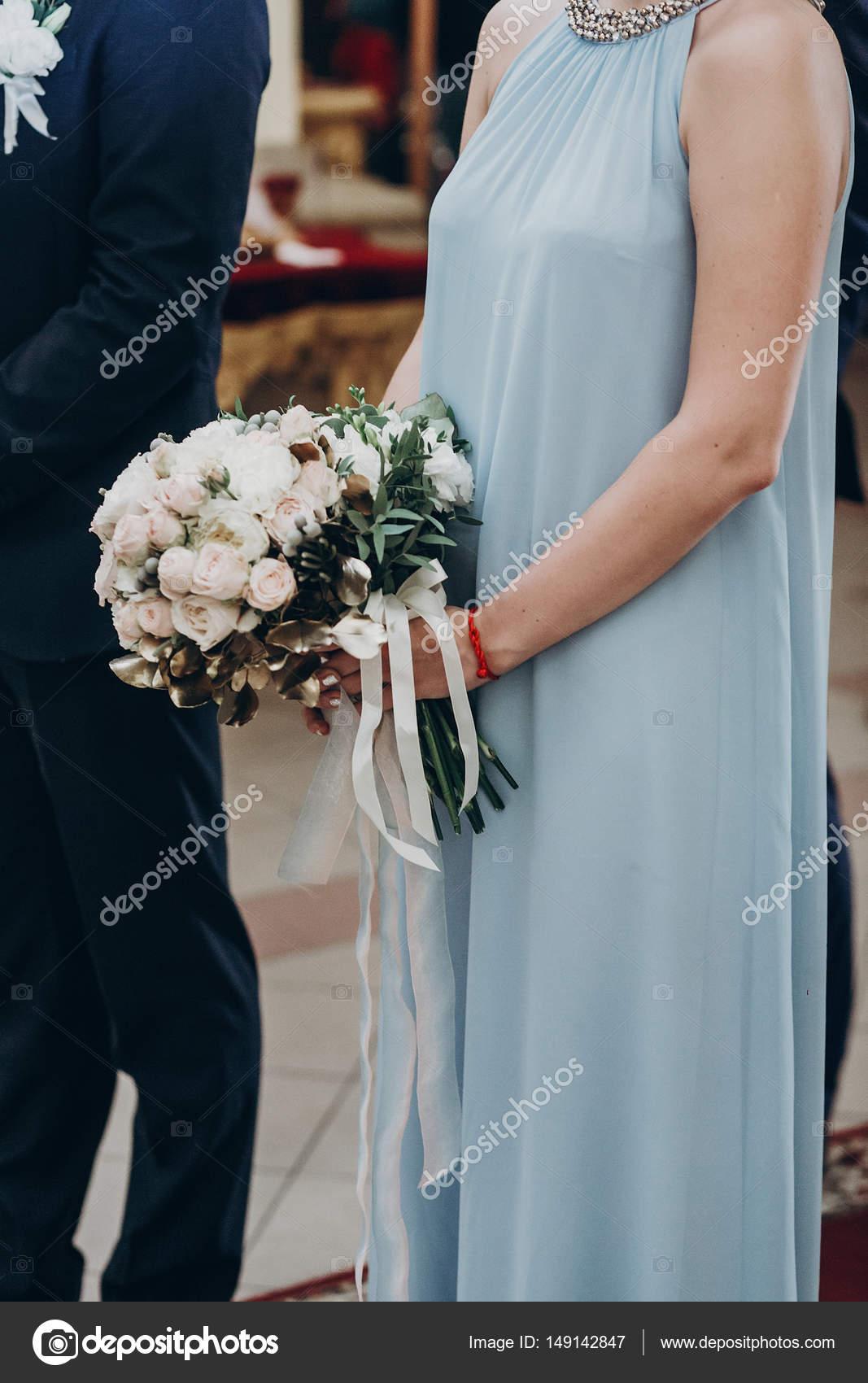 bouquet dans les mains de la demoiselle d'honneur de mariage
