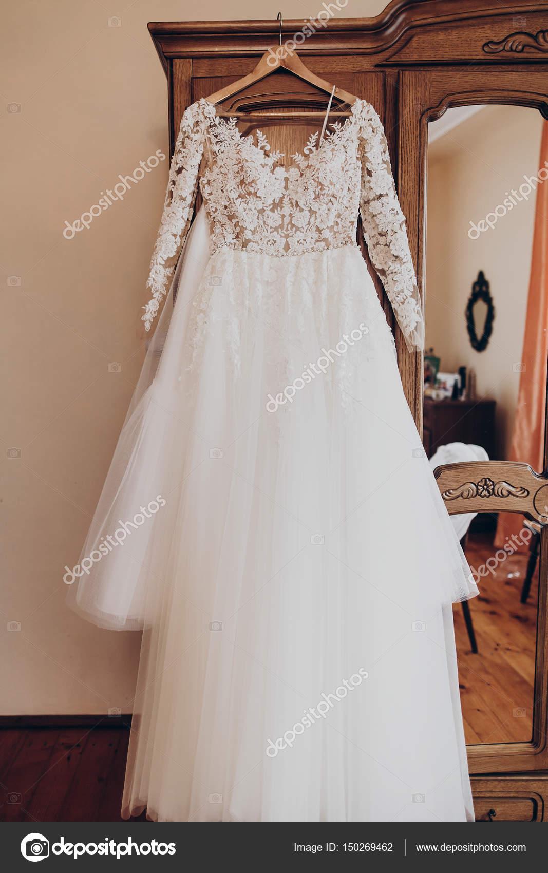 Suknia ślubna Na Wieszak Zdjęcie Stockowe Sonyachny 150269462