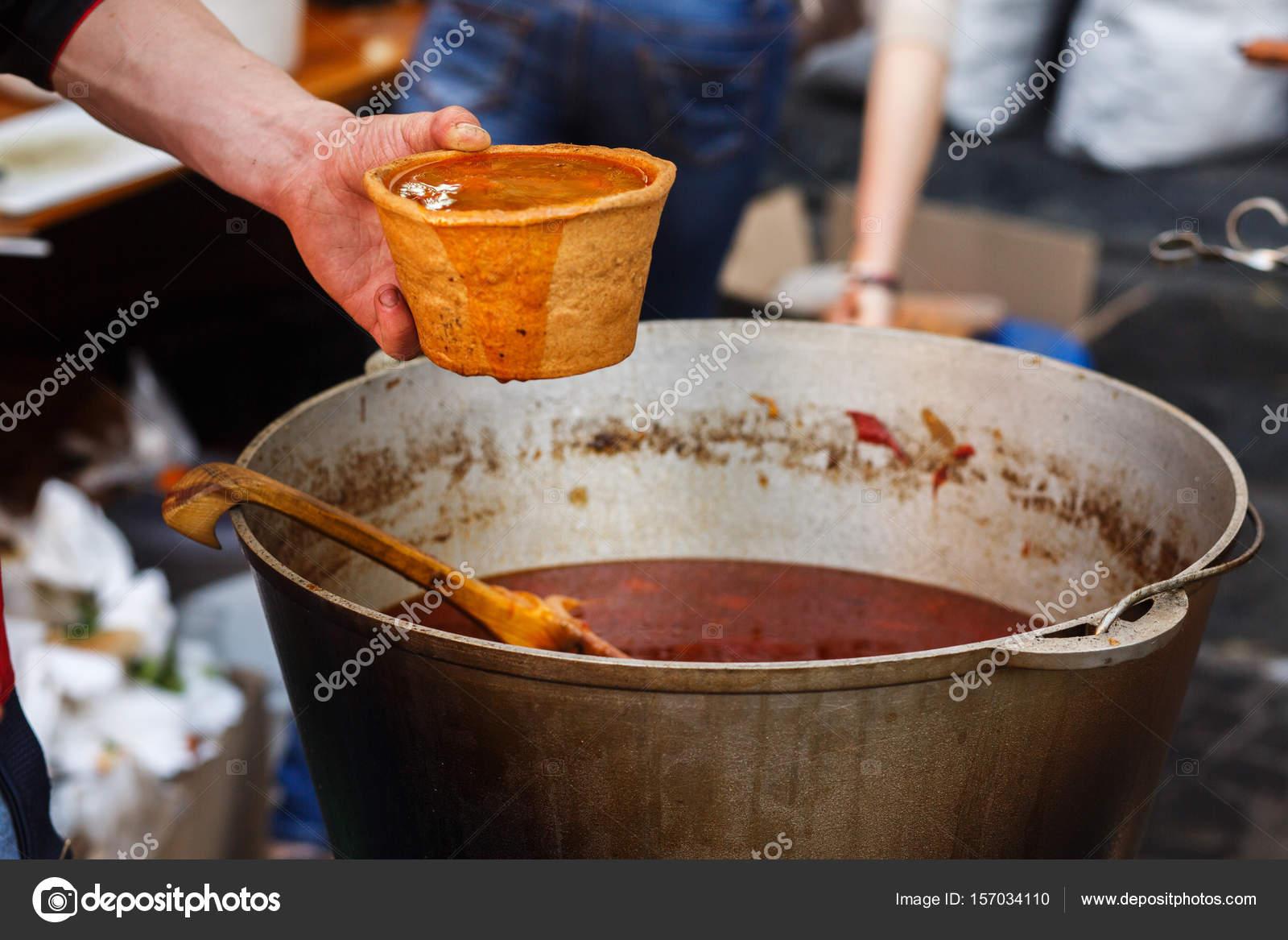 Outdoor Küche Aus Ungarn : Leckeres gulasch in große schüssel u2014 stockfoto © sonyachny #157034110