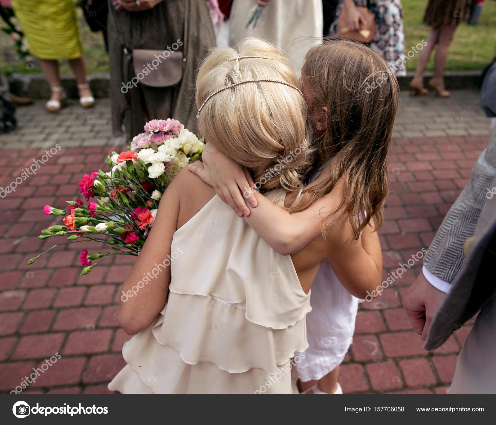 kleine Mädchen umarmt Braut — Stockfoto © Sonyachny #157706058