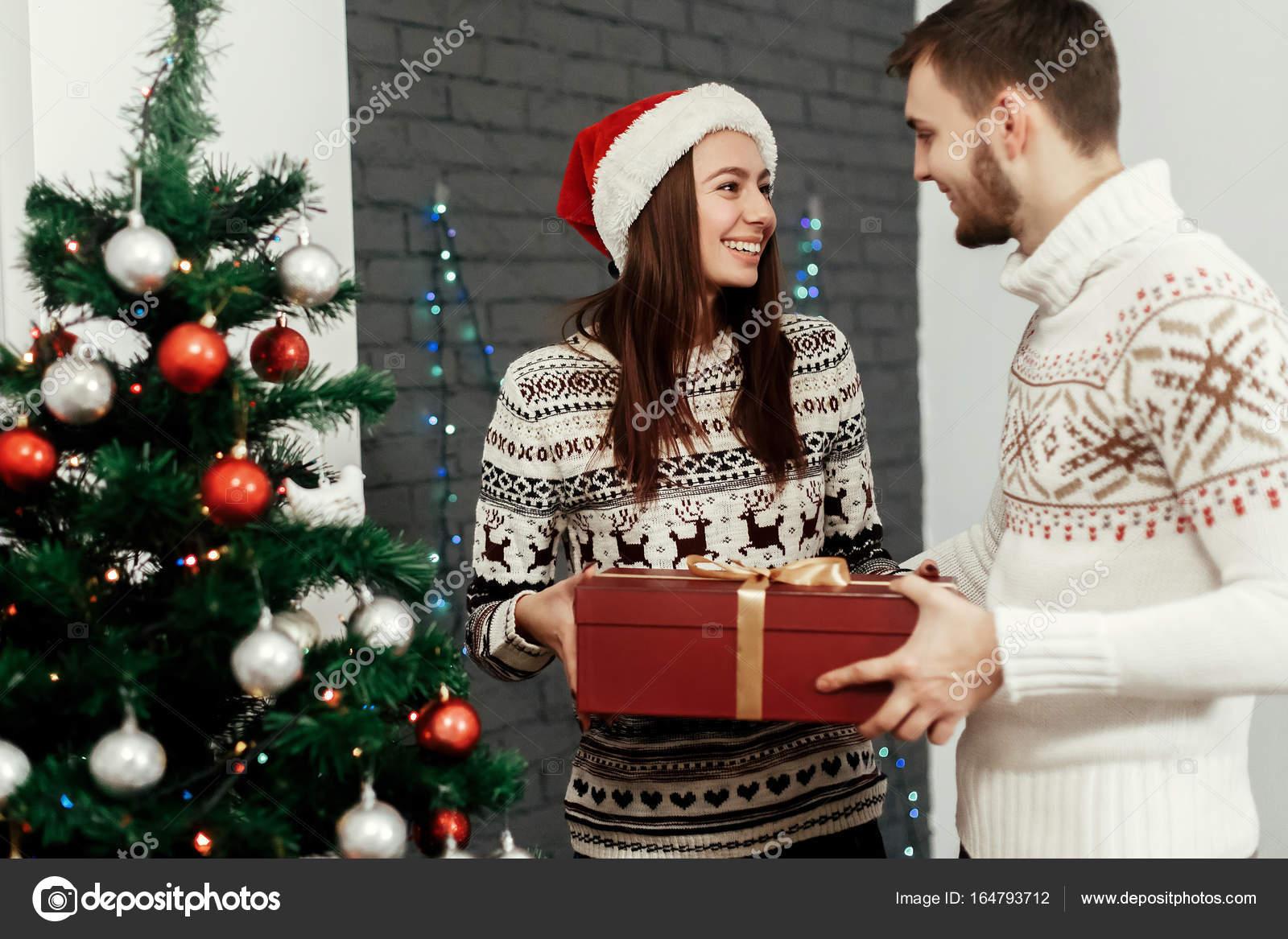 Mann Frau Weihnachtsgeschenk — Stockfoto © Sonyachny #164793712