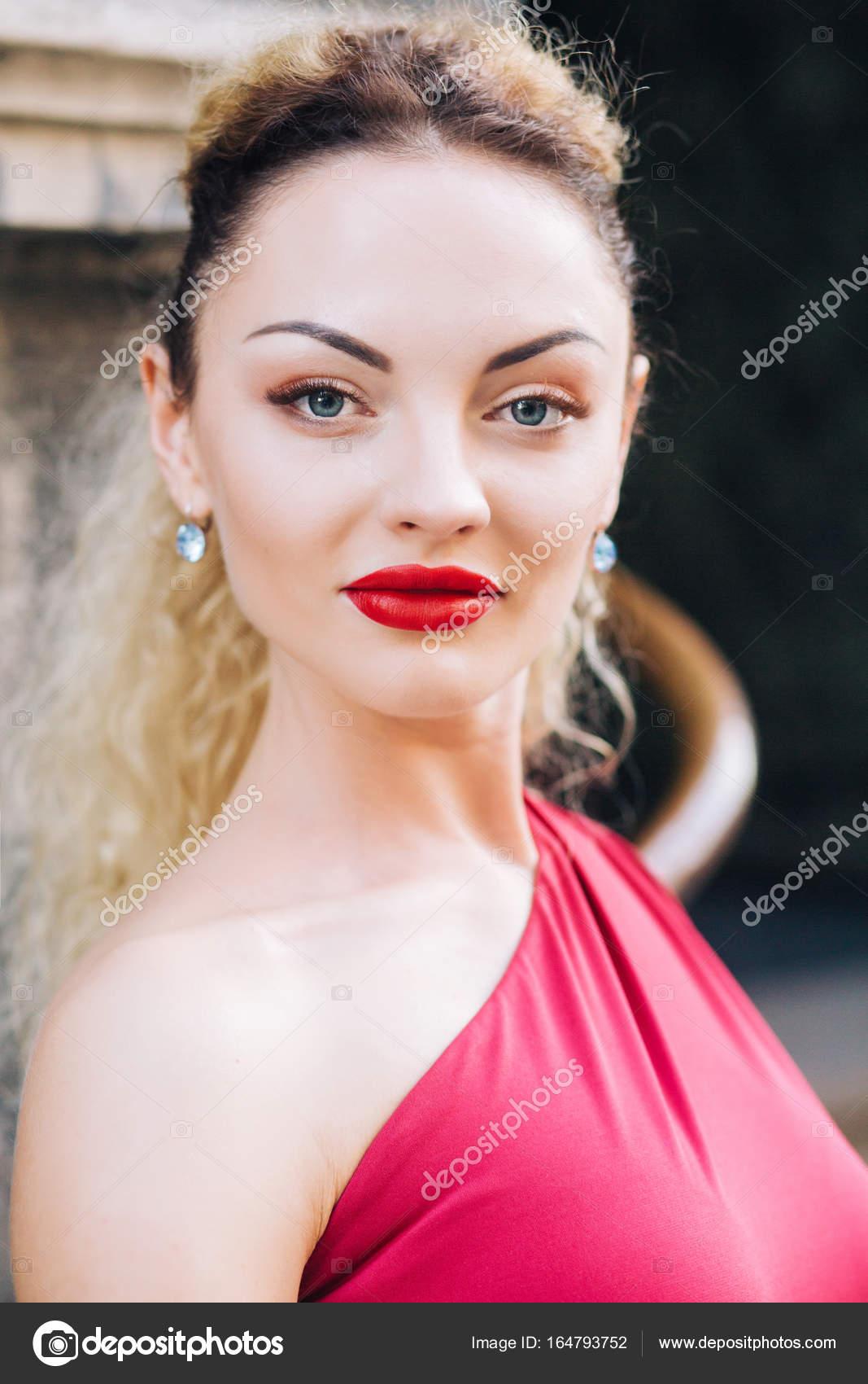 Maquillaje Boda Vestido Rojo Mujer En Vestido Rojo Con