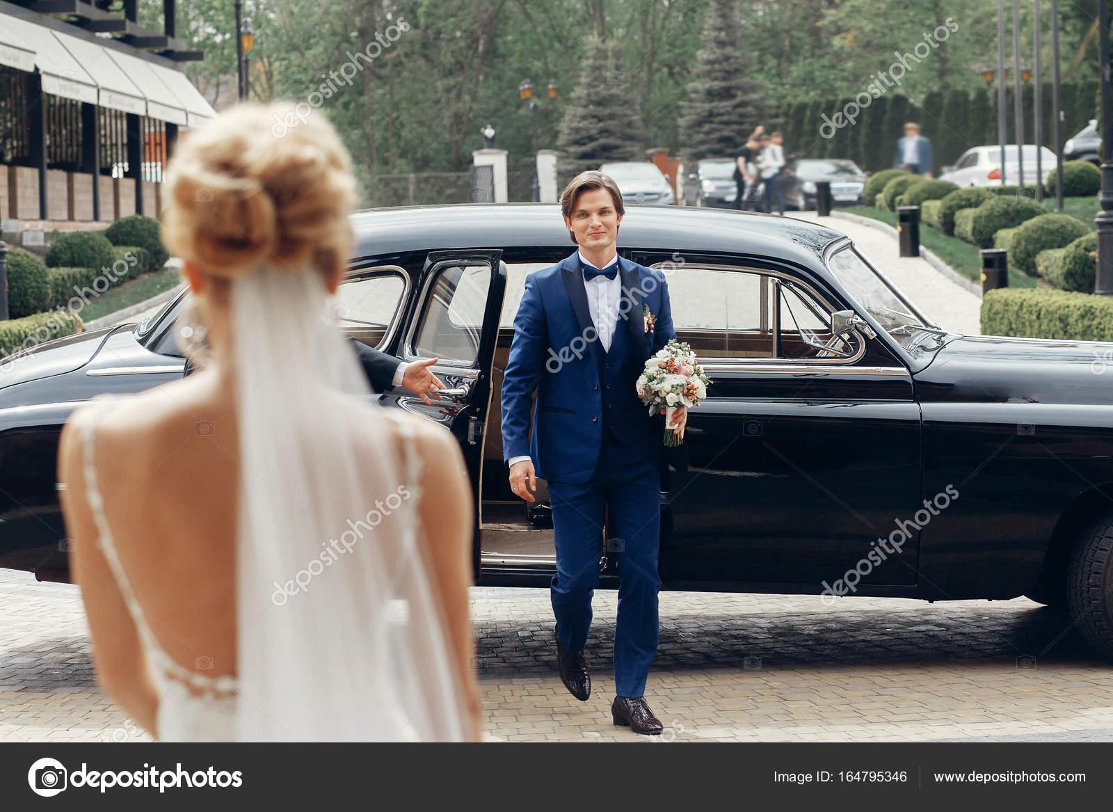 Brautigam Mit Hochzeitsstrauss Stockfoto C Sonyachny 164795346