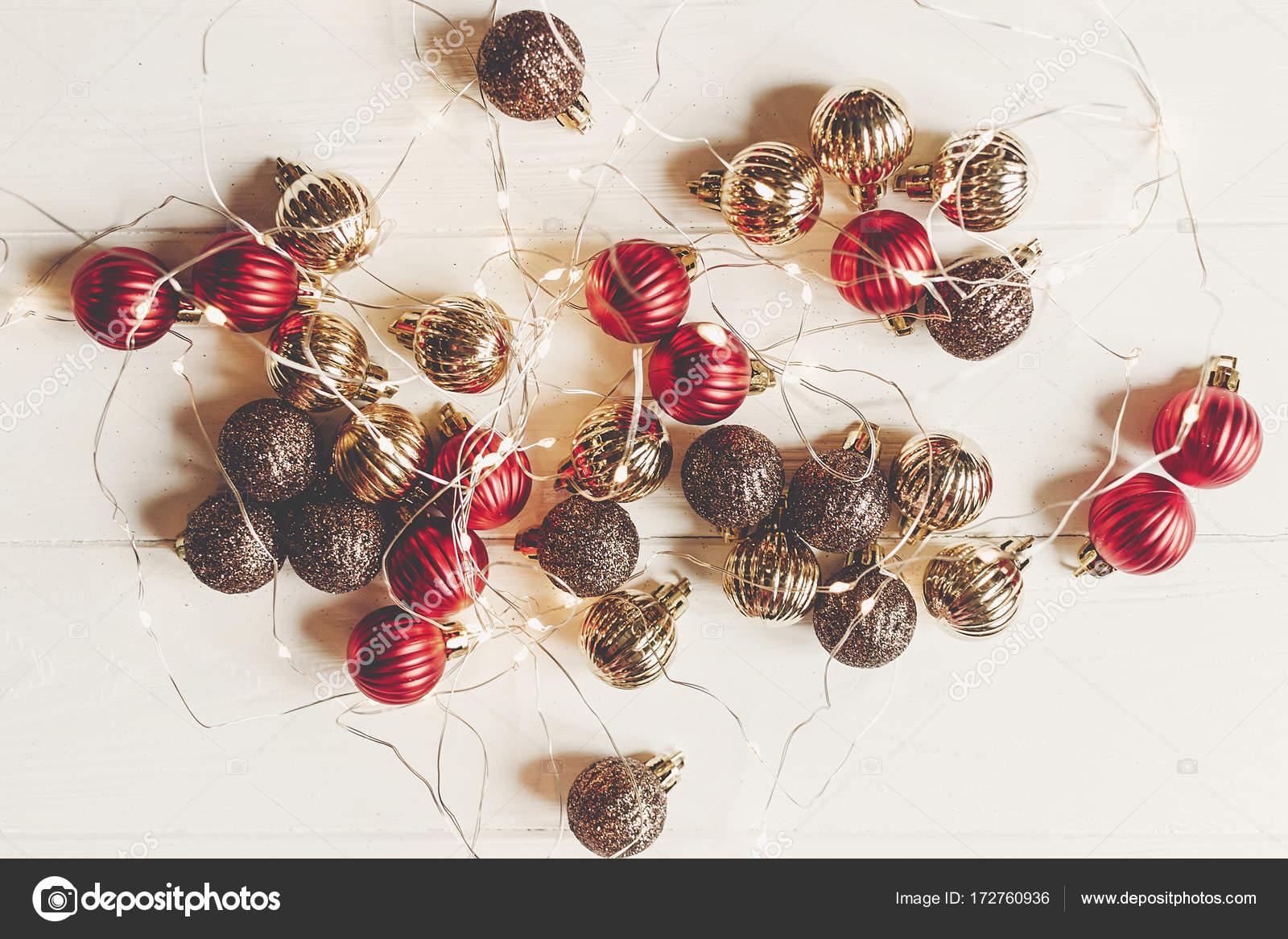 kerst plat leggen rode en gouden kerst ornamenten en verlichting stockfoto