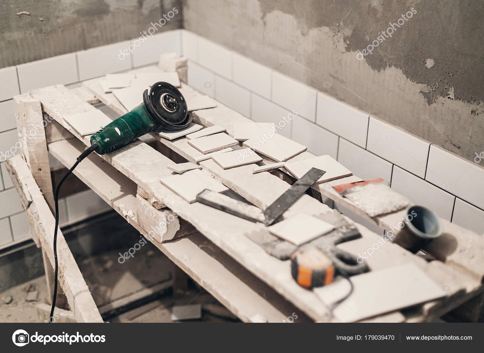 Keramische Fliesen Und Grauzement Wände Badezimmer Renovieren Und Arbeiten  Der U2014 Stockfoto