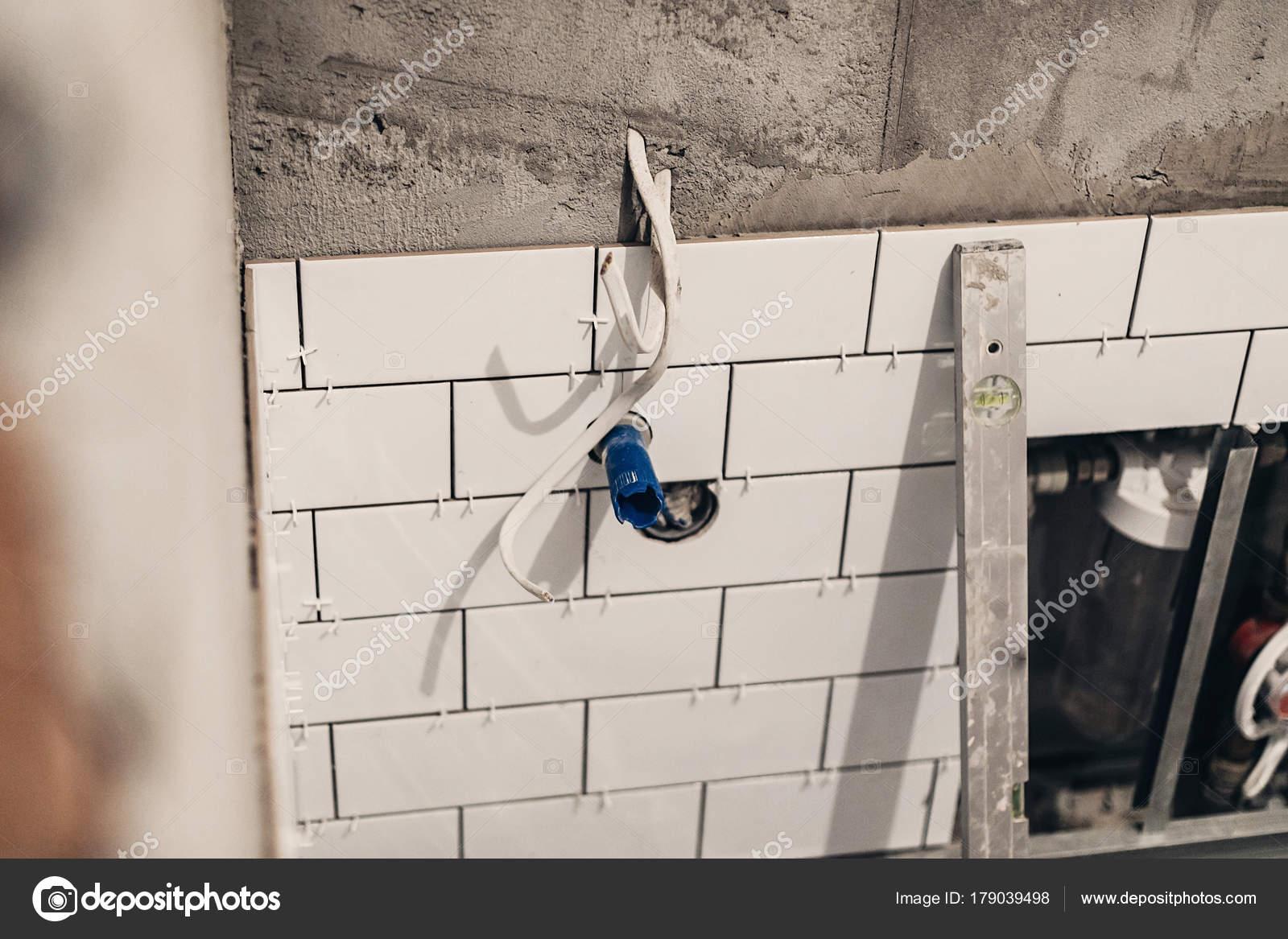 Renovatie Badkamer Muur : Badkamer renovatie concept pijpen drainage wit stijlvolle tegels