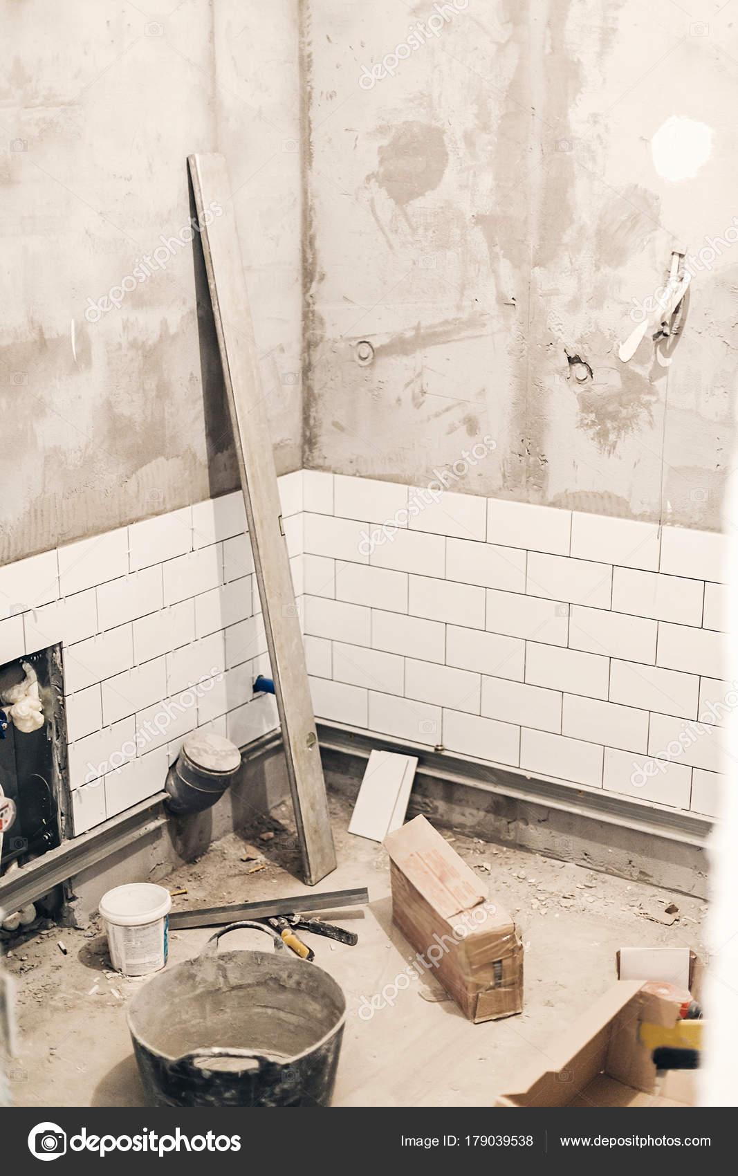 GroBartig Badezimmer Renovierung Konzept Rohre Entwässerung Und Weiße Stilvolle  Fliesen Wand U2014 Stockfoto