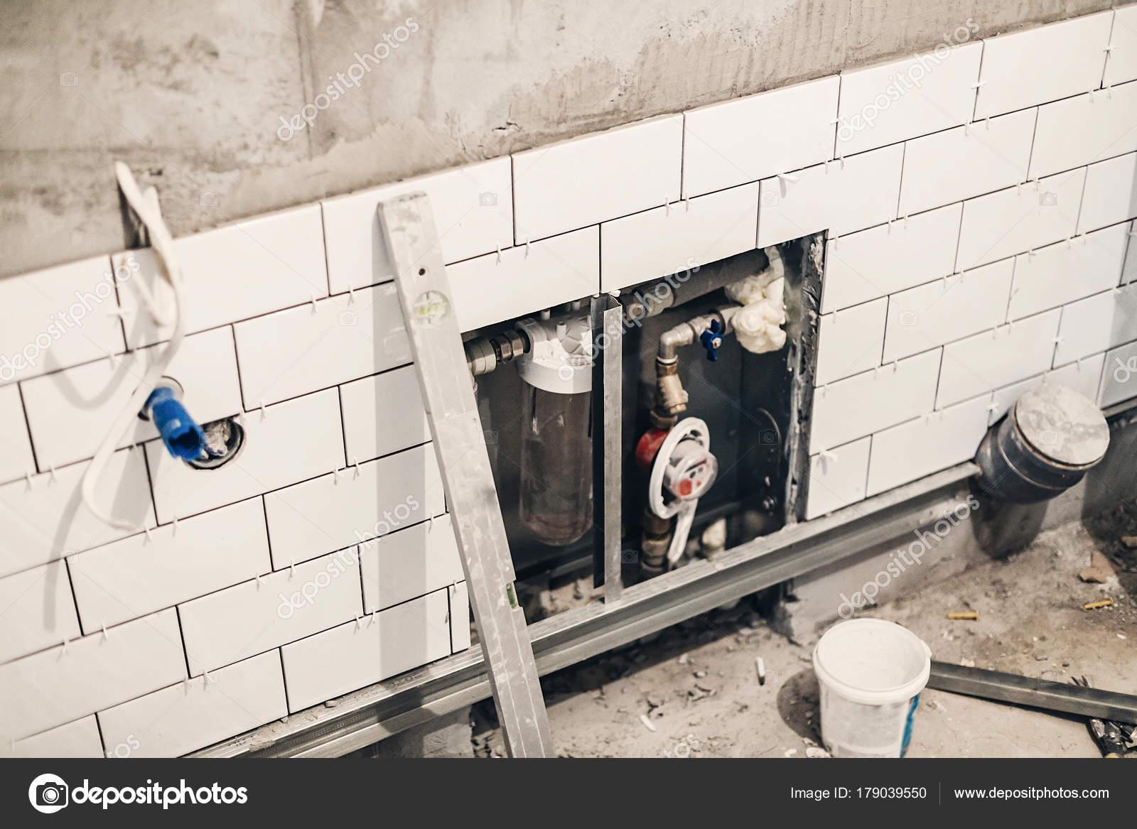 Badezimmer Renovierung Konzept Rohre Entwässerung Und Weiße ...