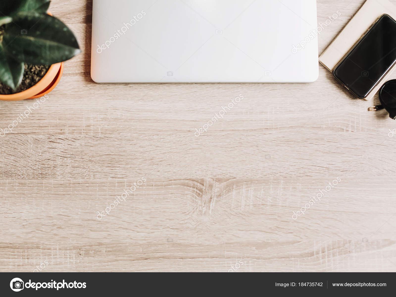 Scrivania Ufficio Elegante : Scrivania ufficio libero professionista con computer portatile