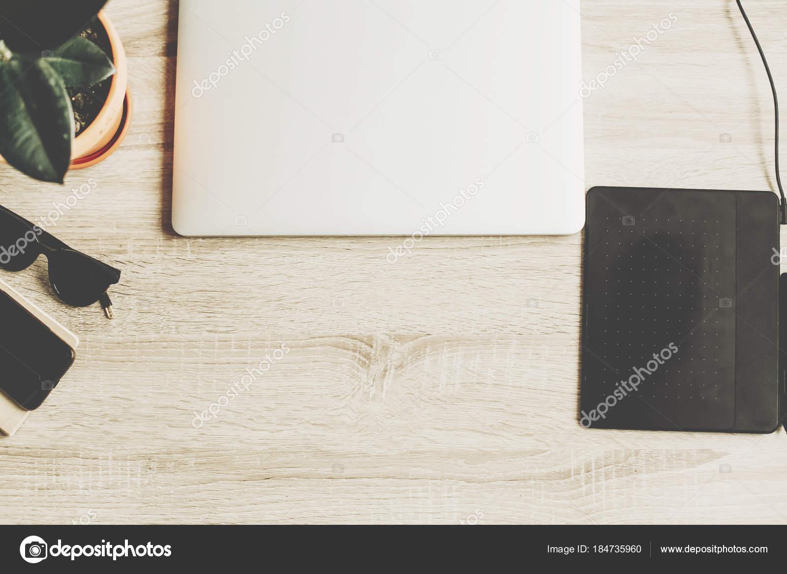 Bureau bois avec ordinateur portable ordinateur portable tablette