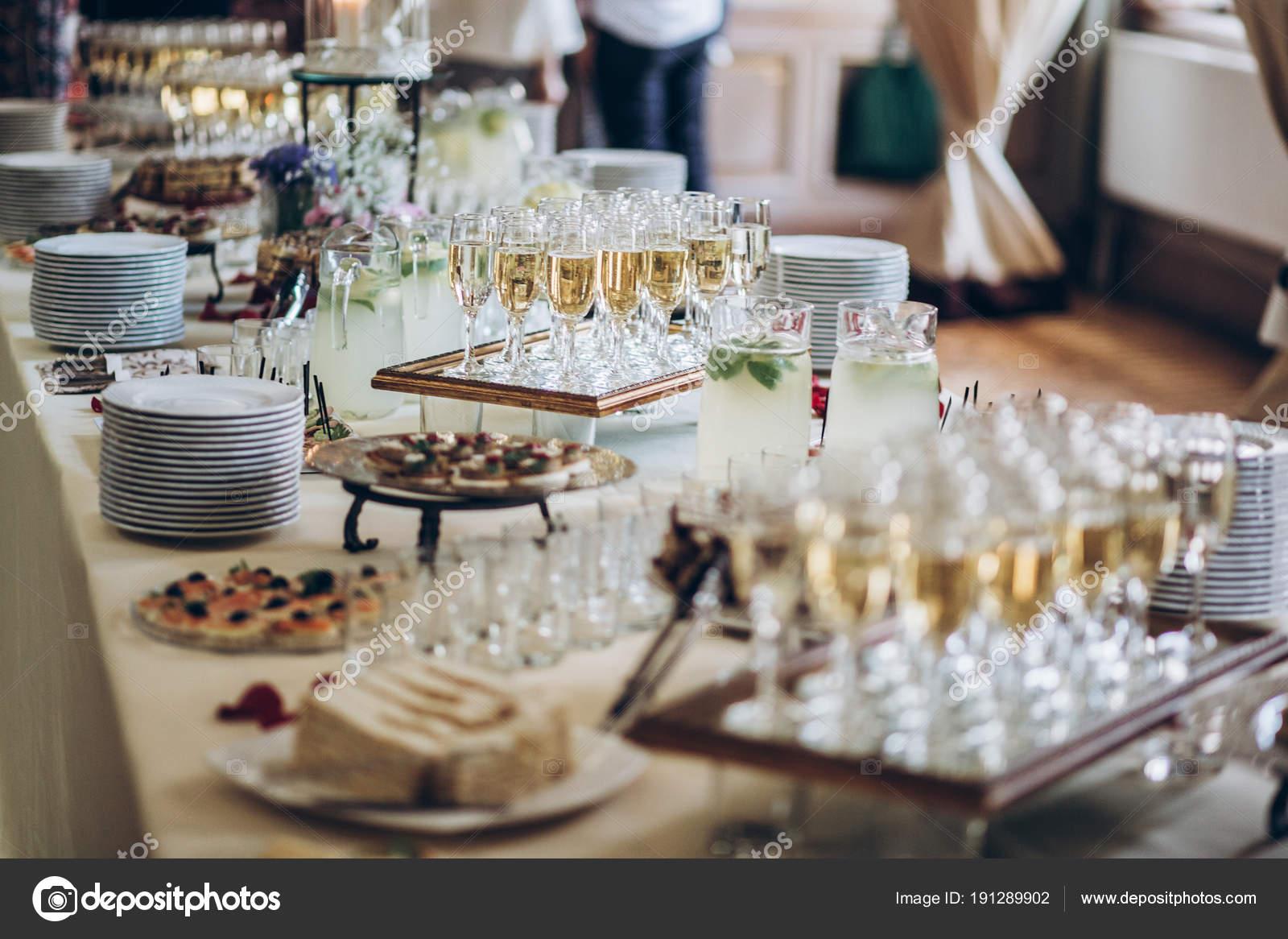 Stilvolle Sektglaser Und Essen Vorspeisen Auf Tisch Bei Der