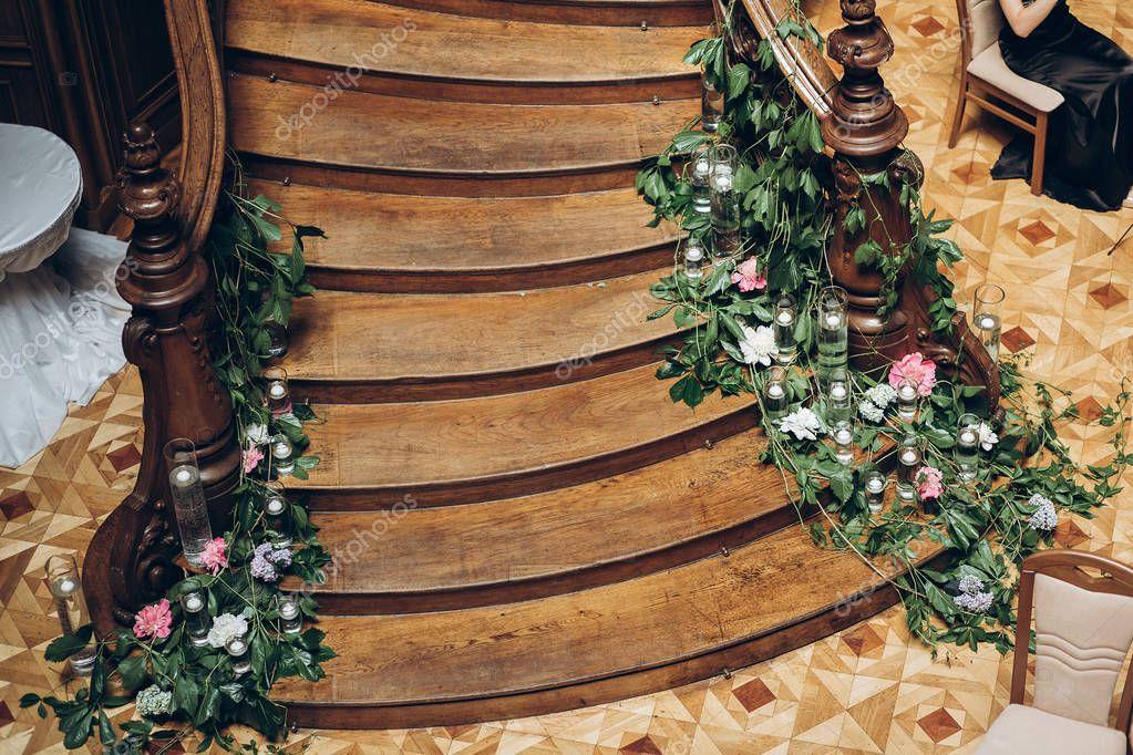 Mooie houten trap versierd met groen bloemen kaarsen bruiloft