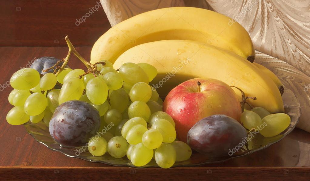 Szőlő Gyümölcsök: Csendélet. Gyümölcs Tál: Banán, Szőlő, Alma, Szilva