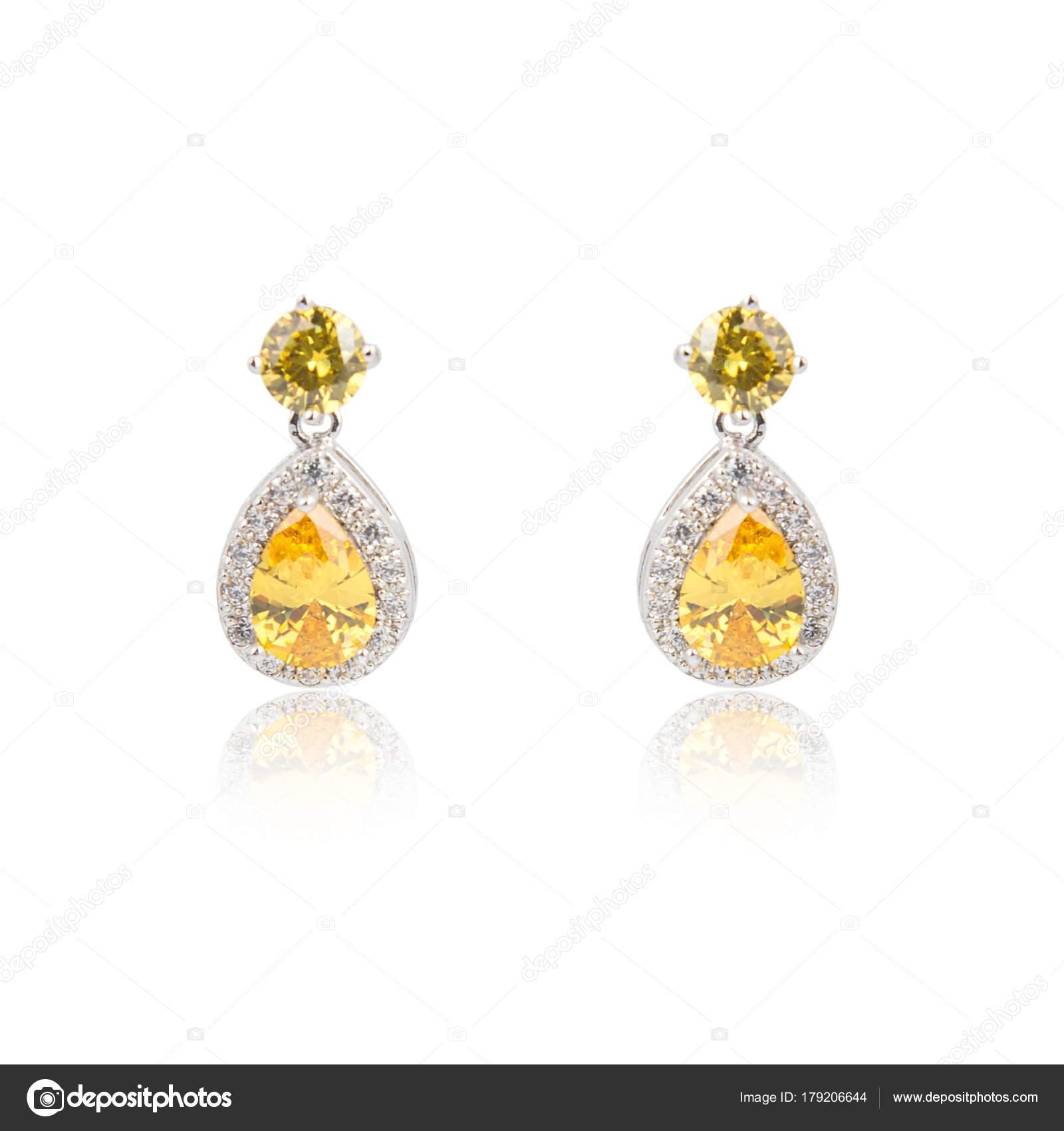 57510fd96f0 Par de brincos de diamante de topázio isolados no branco — Fotografia de  Stock
