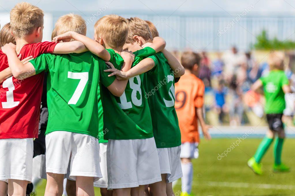 9abe8ab09 Los niños jugar deportes. Infantil deportes equipo unido listo para jugar.  Los niños del equipo de deporte. Juventud deportes para los niños.