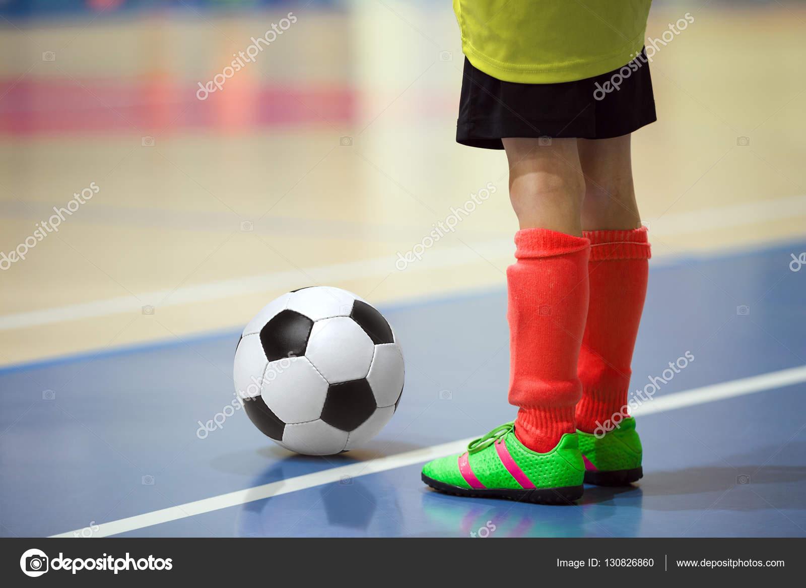 3965670d64f92 Treinamento de futsal de futebol para crianças. Jovem jogador de futebol  com uma bola de