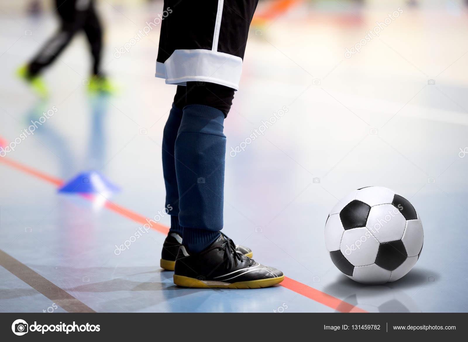 Sesión de entrenamiento de fútbol fútbol sala. Jugador de fútbol con balón  de fútbol. d1e4f472dc5b8
