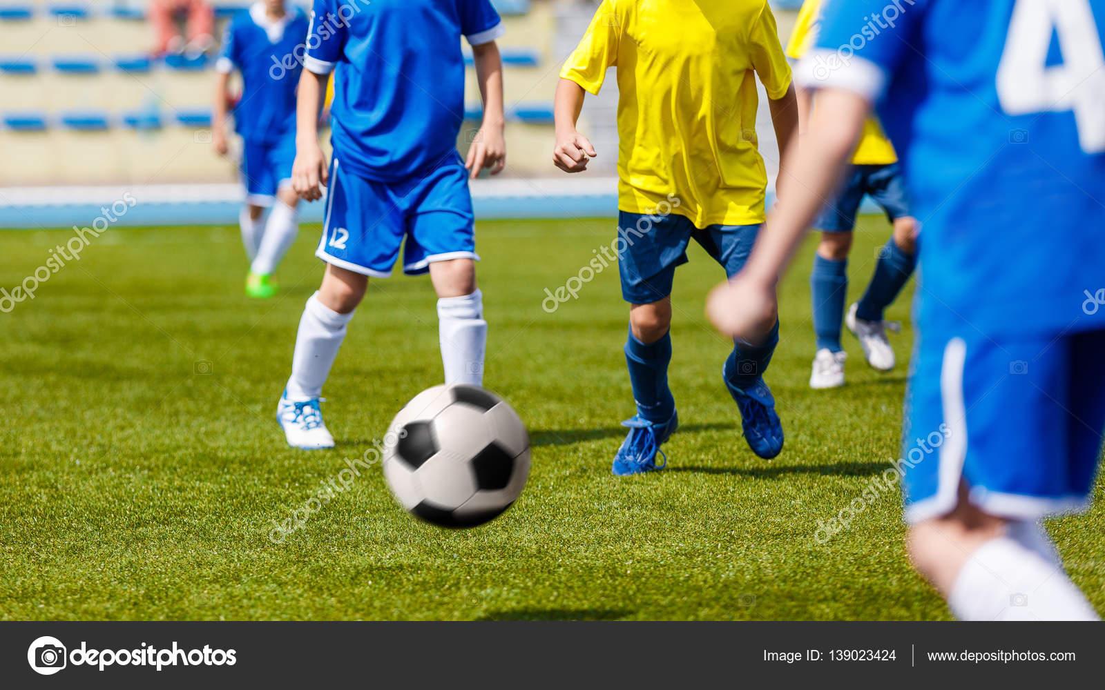 d11faf7b8c5b1 Fútbol partido de fútbol. Niños jugando al fútbol. Chicos pateando la  pelota de futbol en el campo de deportes. Niños jugando el juego de torneo  de futbol ...