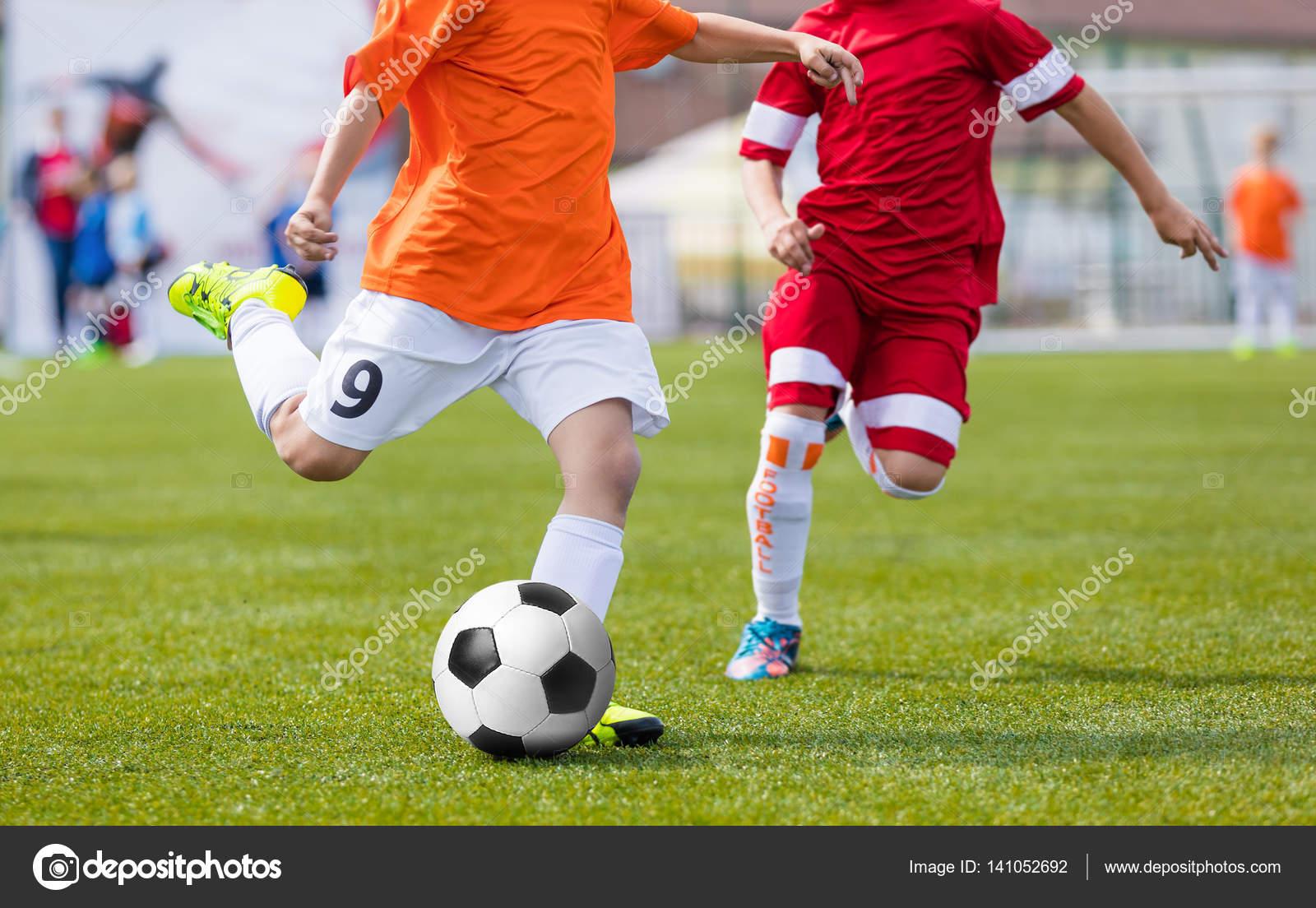 Immagini Di Calcio Per Bambini : Partita di calcio di calcio per bambini bambini che giocano il