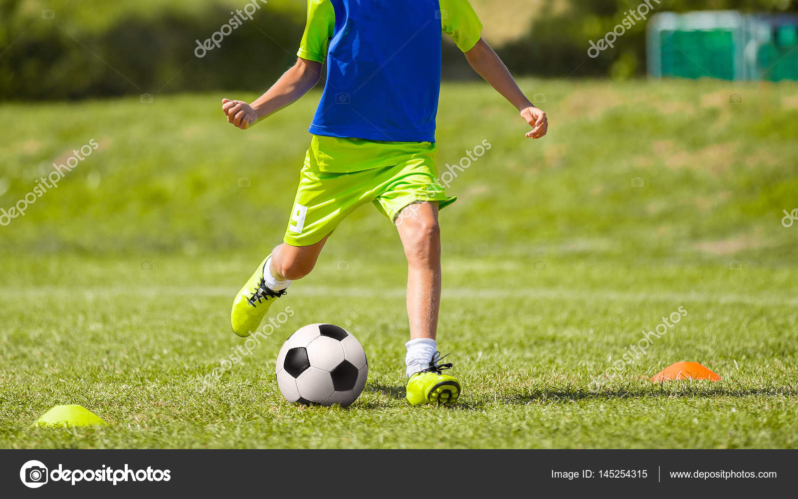 Junge Fussballer Treten Ball Am Fussballplatz Junge In