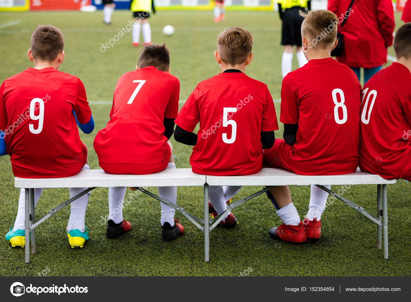 6a73dc6131e85 Deporte equipo juvenil sentado en la banca. Jóvenes futbolistas como  sustituto de jugadores viendo el partido del torneo de fútbol. Niños ...