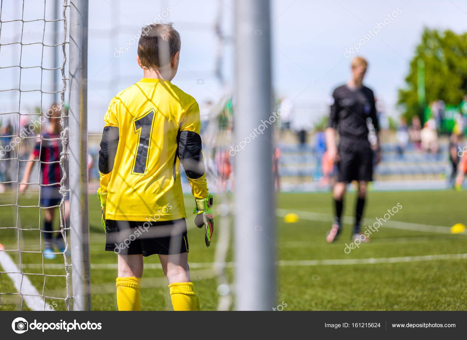 c8df0498314f7 Portero de fútbol del equipo juvenil. Torneo de fútbol para niños. Niños  patadas juego de futbol. Campo de fútbol en el fondo — Foto de ...