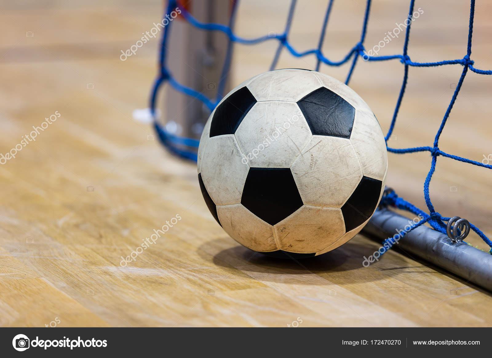 9b023797e578c Futebol futsal bola objetivo e andar. Salão de esportes de Futsal —  Fotografia de Stock