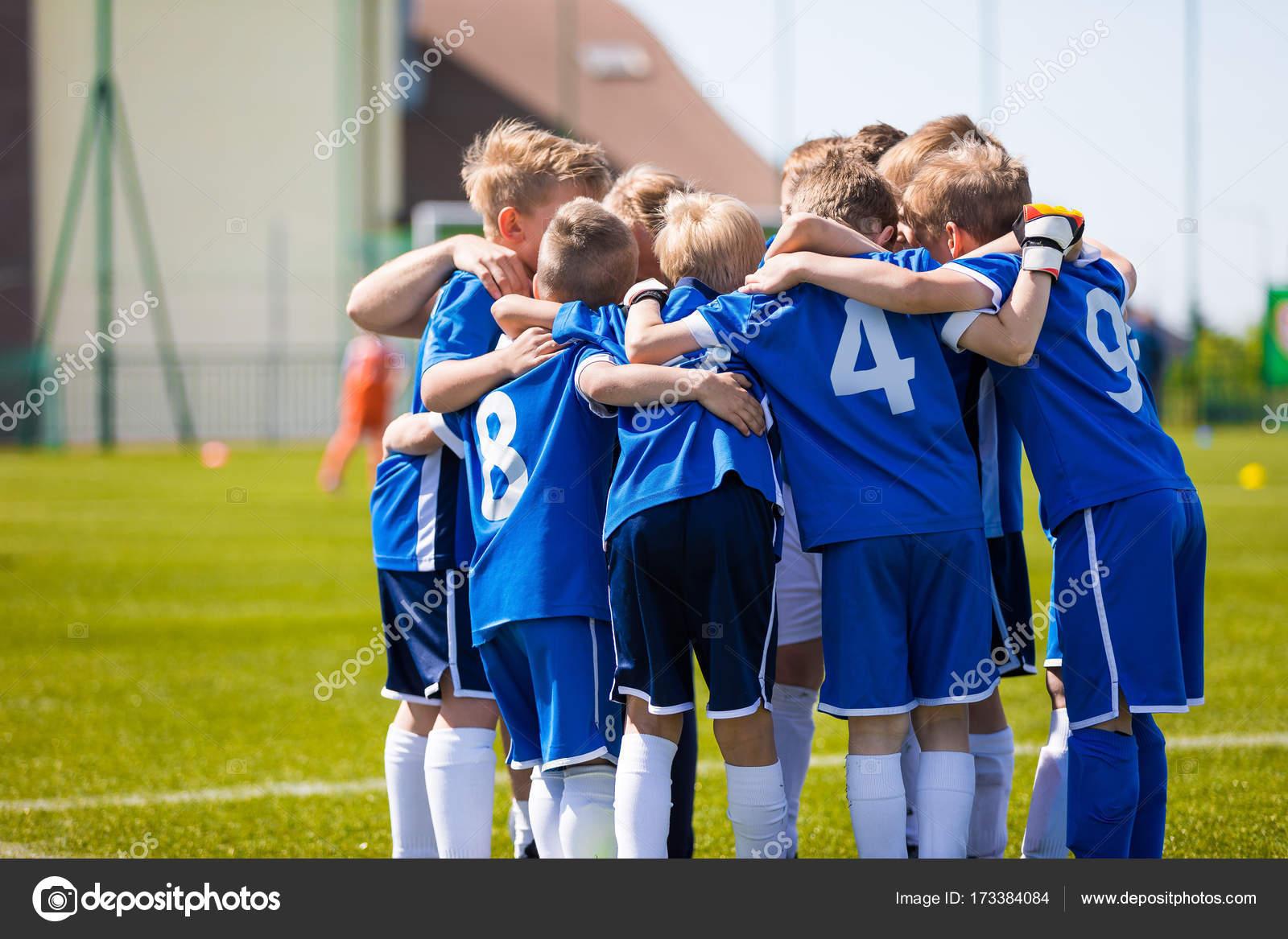 21e72b3b3 Los niños jugar deportes. Infantil deportes equipo unido listo para jugar —  Foto de Stock
