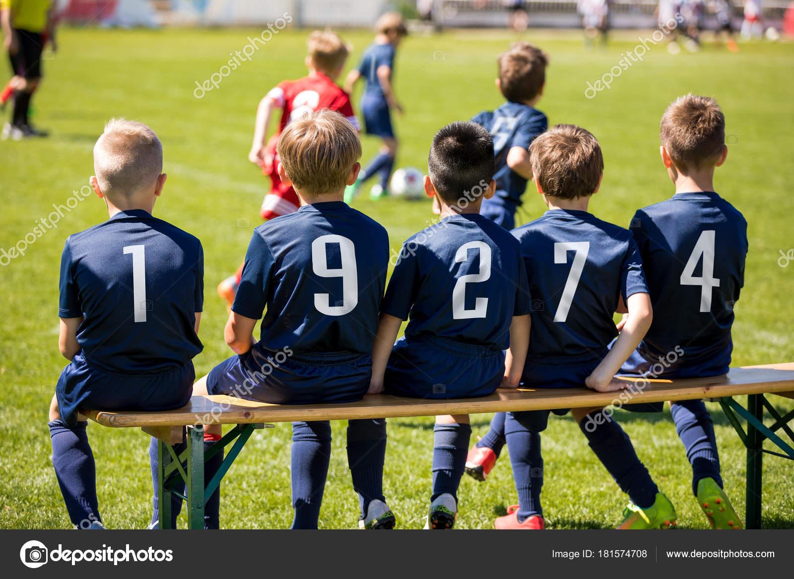 2e55ec79b4c73 Los niños deporte equipo sentado en un banco. Grupo de niños jugadores de  fútbol. Club de fútbol de niños. Torneo de fútbol soccer juego para los  niños.