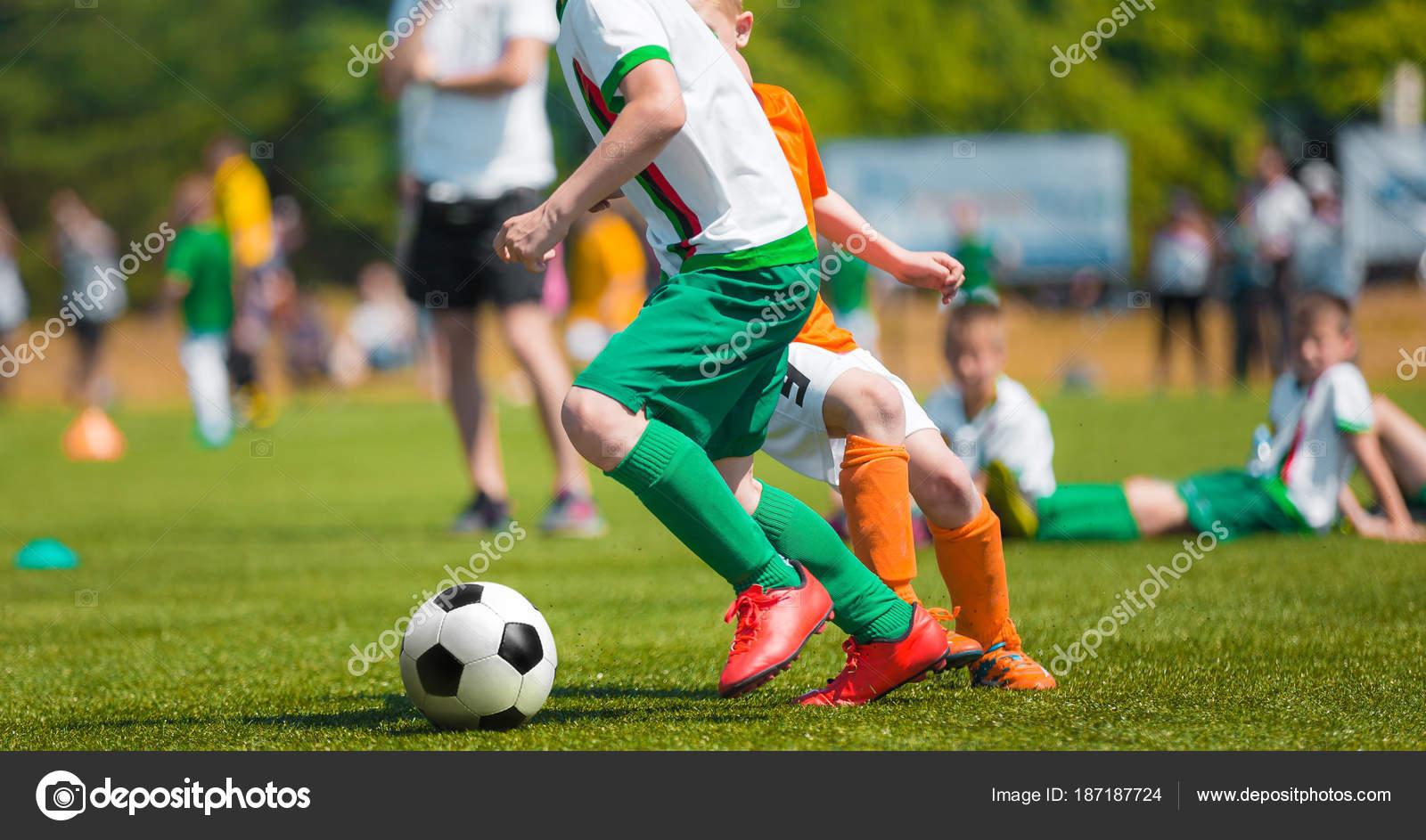 7be637b17eea0 Niño fútbol Dribbling. Juego de fútbol para los niños. Entrenamiento y  torneo de fútbol escuela de fútbol. Grupo de chicos jugando fútbol -  imágenes  chicos ...