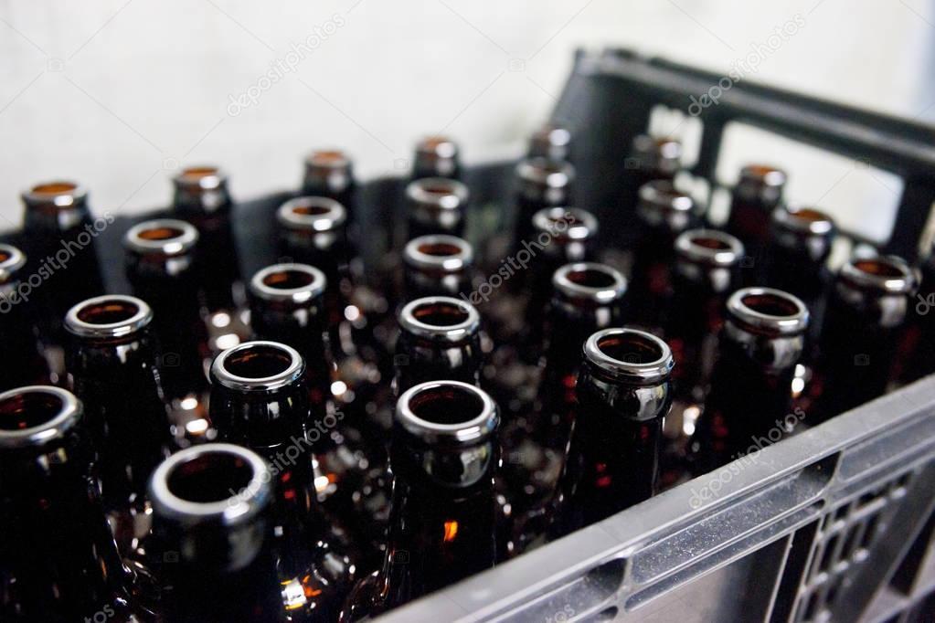 bouteilles de bire vides verre dans une caisse en plastique dans la brasserie photo - Caisse Biere Plastique
