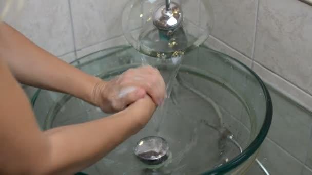 Mytí dlaně pěnový mýdlem