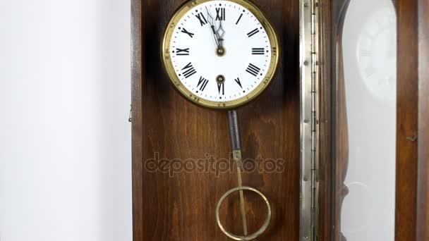 Kyvadlové hodiny na zeď